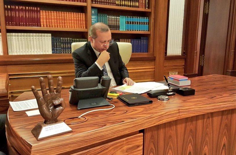 A brief semiological analysis of an Erdoğan photo